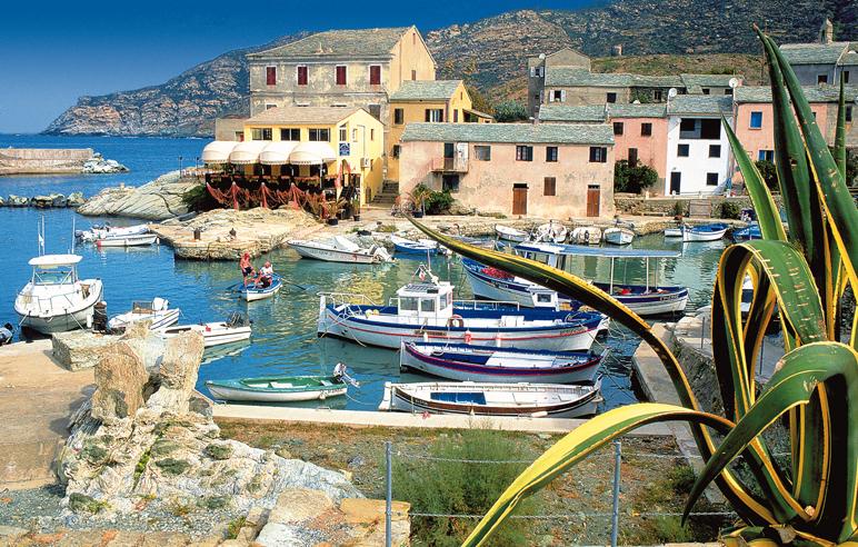 La célèbre plage de Nonza et la tour génoise du village.