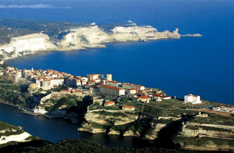 La ville et le port devant les fameuses Iles Rousses