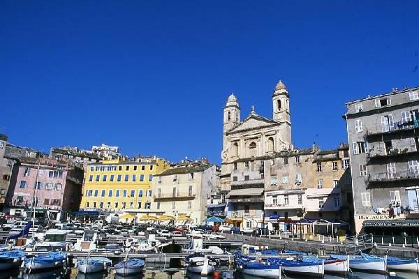 Le vieux port de Bastia et le quartier de Terra Vecchia.
