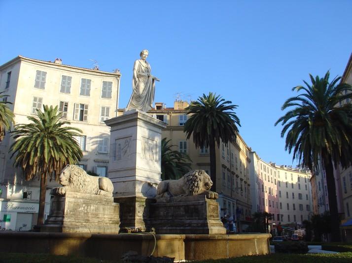 Napoleon en 1 er consul, tronant sur la superbe place des Palmiers, coeur de la vieille ville d'Ajac