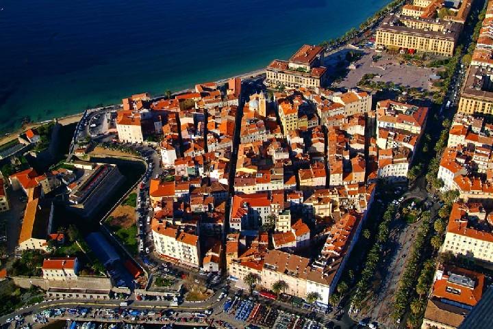 Vue aérienne de la vieille ville d'Ajaccio et sa citadelle.