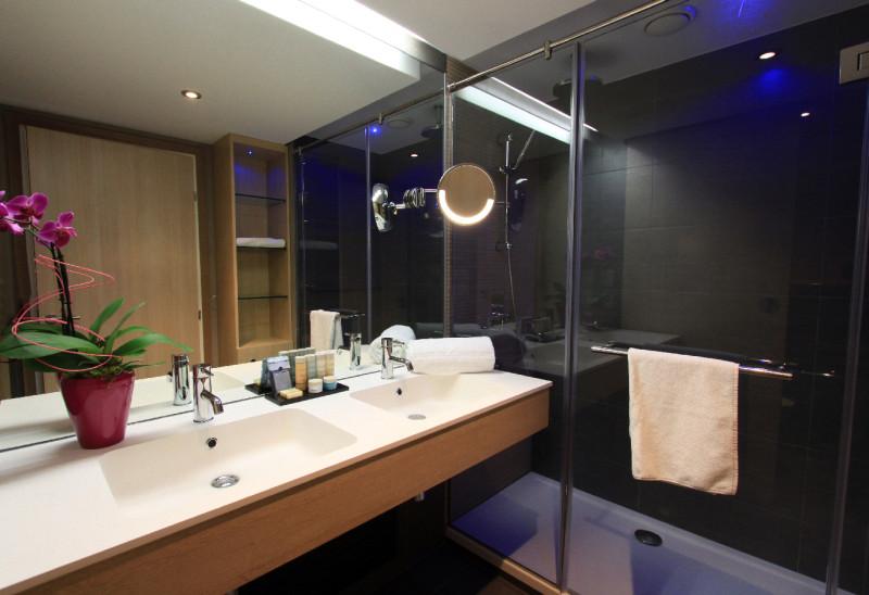 Salle de bain d'une chambre vue Maquis.