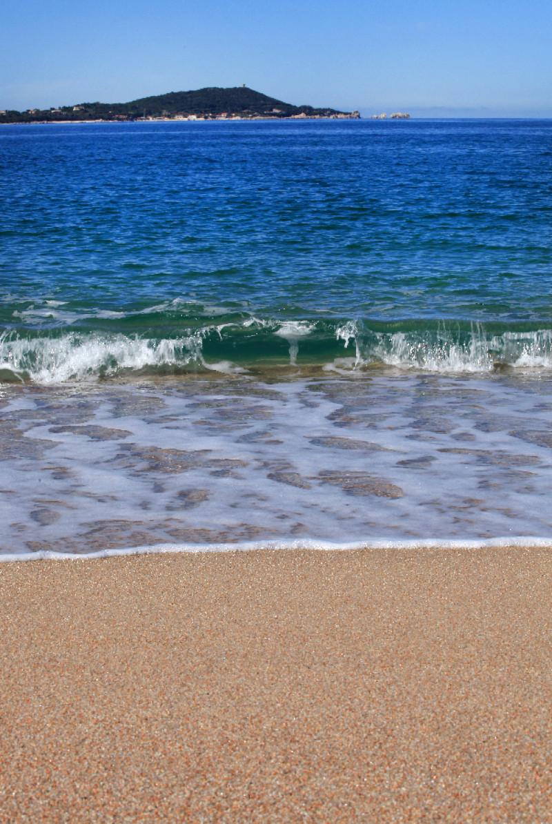 Depuis la plage d'Agosta, on peut voir au loin la presqu'ïle d'Isolella.