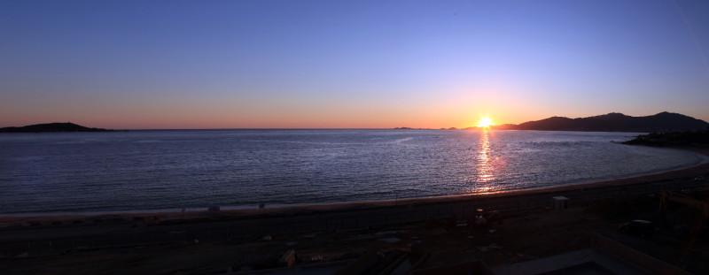 La vue de l'hôtel au crépuscule. La presquîle d'Isolella à gauche et les Iles Sanguinaires à droite ferment le golfe d'Ajaccio.