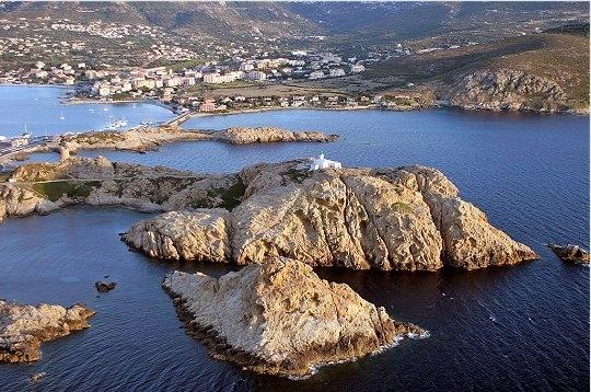 Les îles Rousses protègent la ville et la baie.
