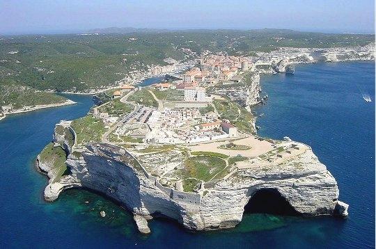 La ville de Bonifacio, sur les hautes falaises calcaire.
