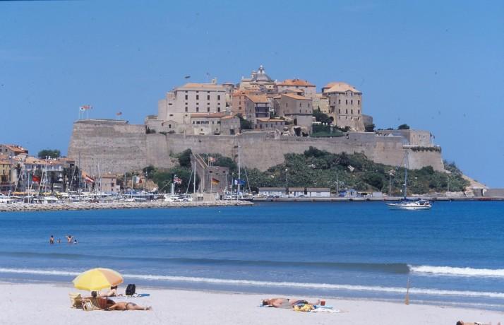 La citadelle et la ville de Calvi vues depuis la plage.