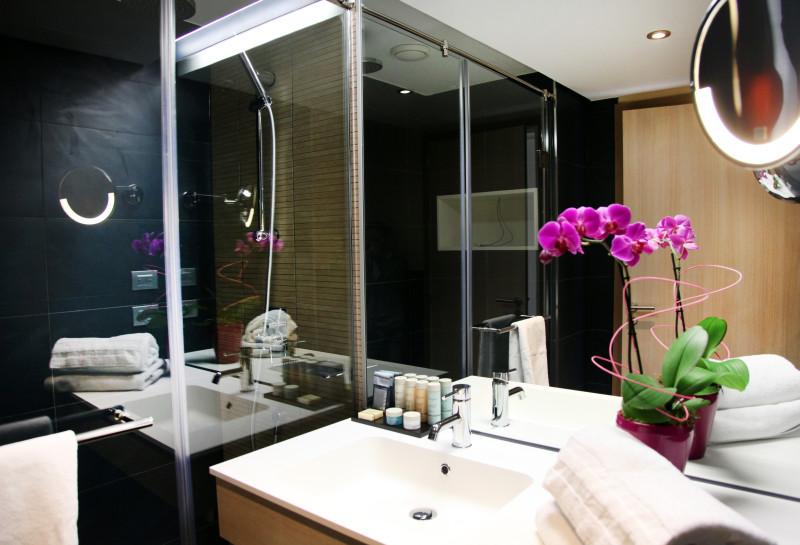 La salle de bain d'une chambre vue Maquis, toute en élégance et rafinnement.