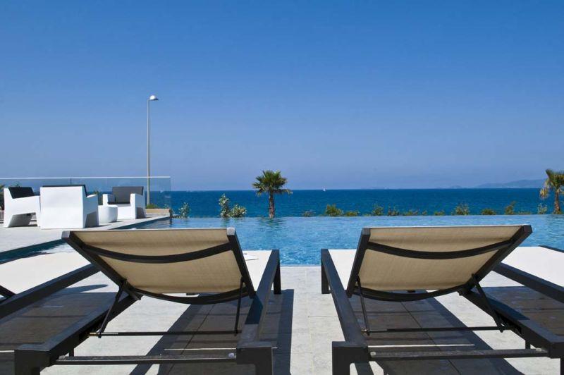 Relaxation et détente pour un séjour tout en couleur au bord de la piscine de l'hôtel Radisson Blu Ajaccio.