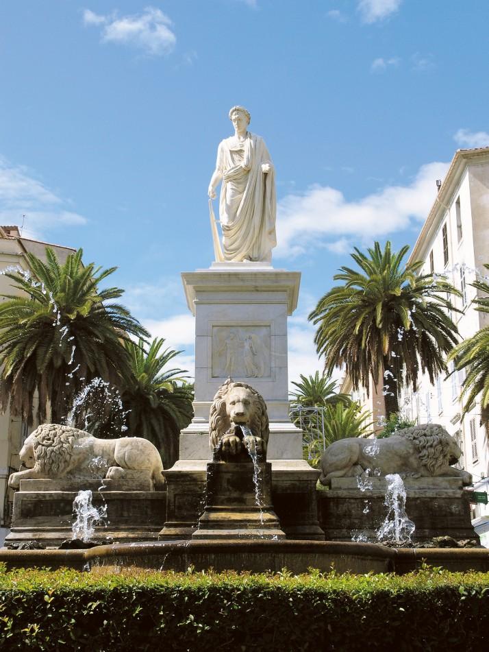 Trônant sur la place des palmiers ( place Fosch) la célèbre statue de Napoléon e