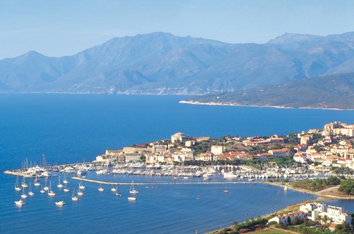 La célèbre station balnéaire de Saint Florent dans le nord de l'île avec le Cap