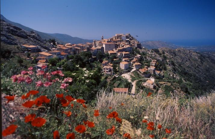 Les vieux villages de Balagne surplombent la mer, perchés sur leur promontoire.