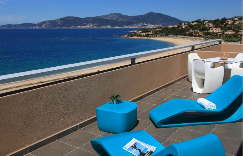 Votre mobilier détente sur la terrasse de votre Suite vue sur Mer.