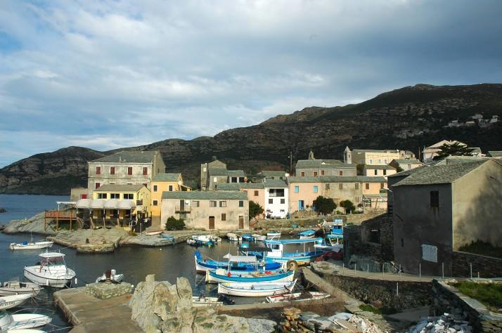 Le village de Centuri, la marine la plus réputée de Corse pour ses langoustes.