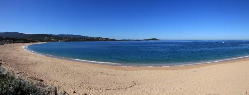 Vue générale de la plage d'Agosta.