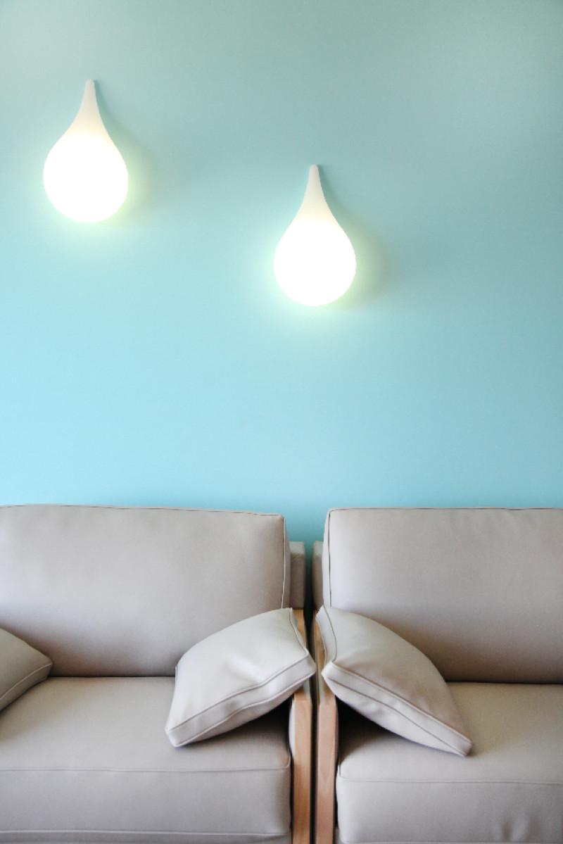 Les confortables fauteuils et les luminaires stylés pour un instant de détente dans le salon de votre suite.