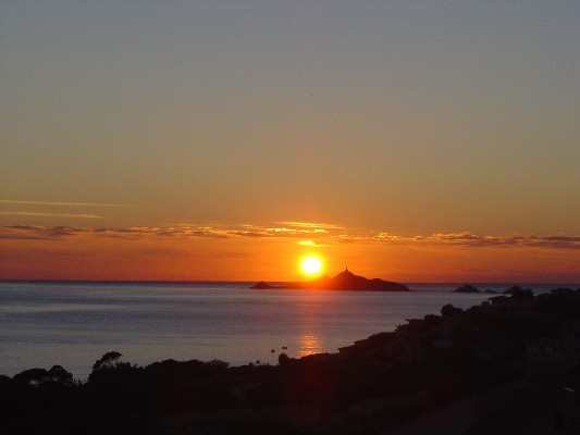 Une des images les plus célèbres d'Ajaccio : le soleil couchant sur les Sanguinaires.