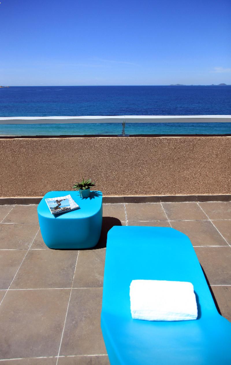 Le bain de soleil à votre disposition exclusive sur la terrasse de votre Suite vue sur Mer.