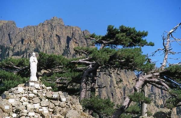 Le col de Bavella et ses fameuses aiguilles sous la protection de Notre Dame des Neiges.