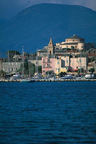 La ville de Saint Florent avec son port célèbre.