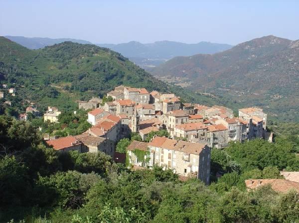 Superbe village ouvrant l'Alta Rocca.